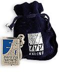 souvenirs main - מחזיק מפתחות קופסא כחולה במארז קטיפה